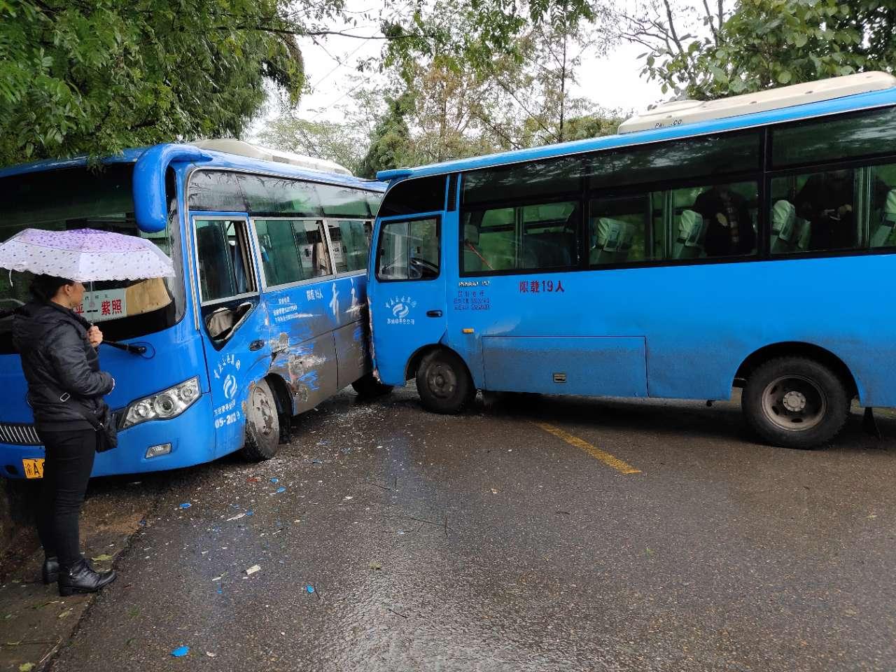 柏家加油站处两客车弯道相撞,雨天请小心驾驶
