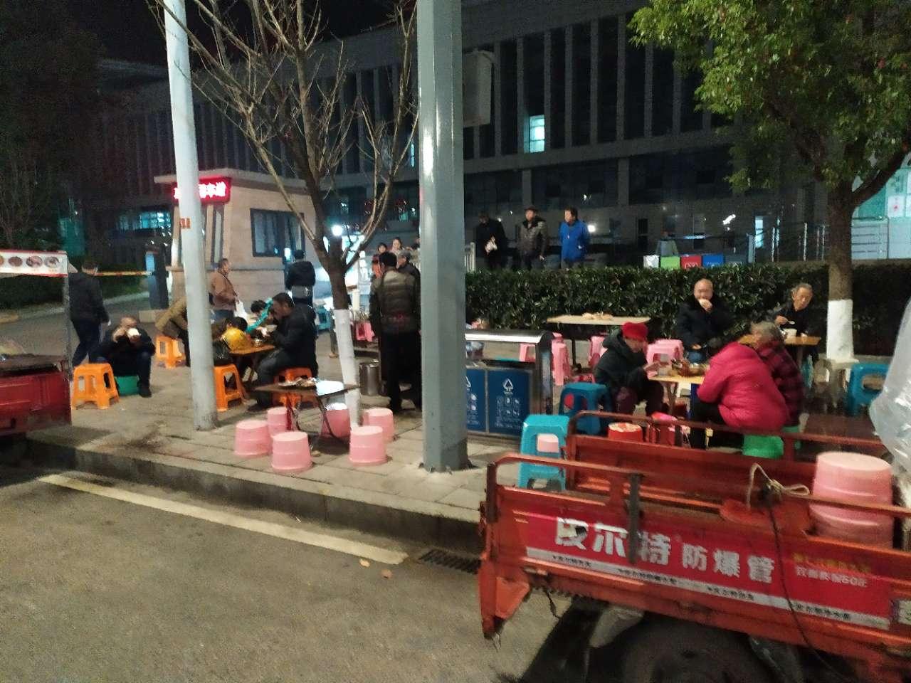 梁平区医院急诊外面人行道被占领,人只能走救护车通道