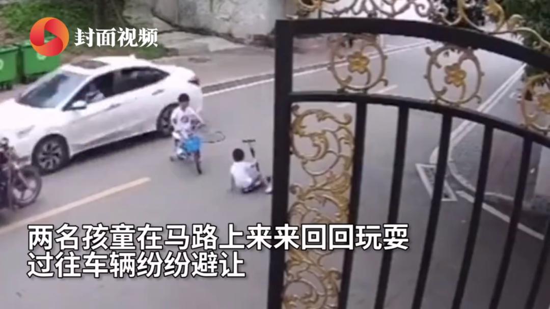 惊魂视频!梁平2幼童马路中疯玩,一人瞬间滑入皮卡车下...