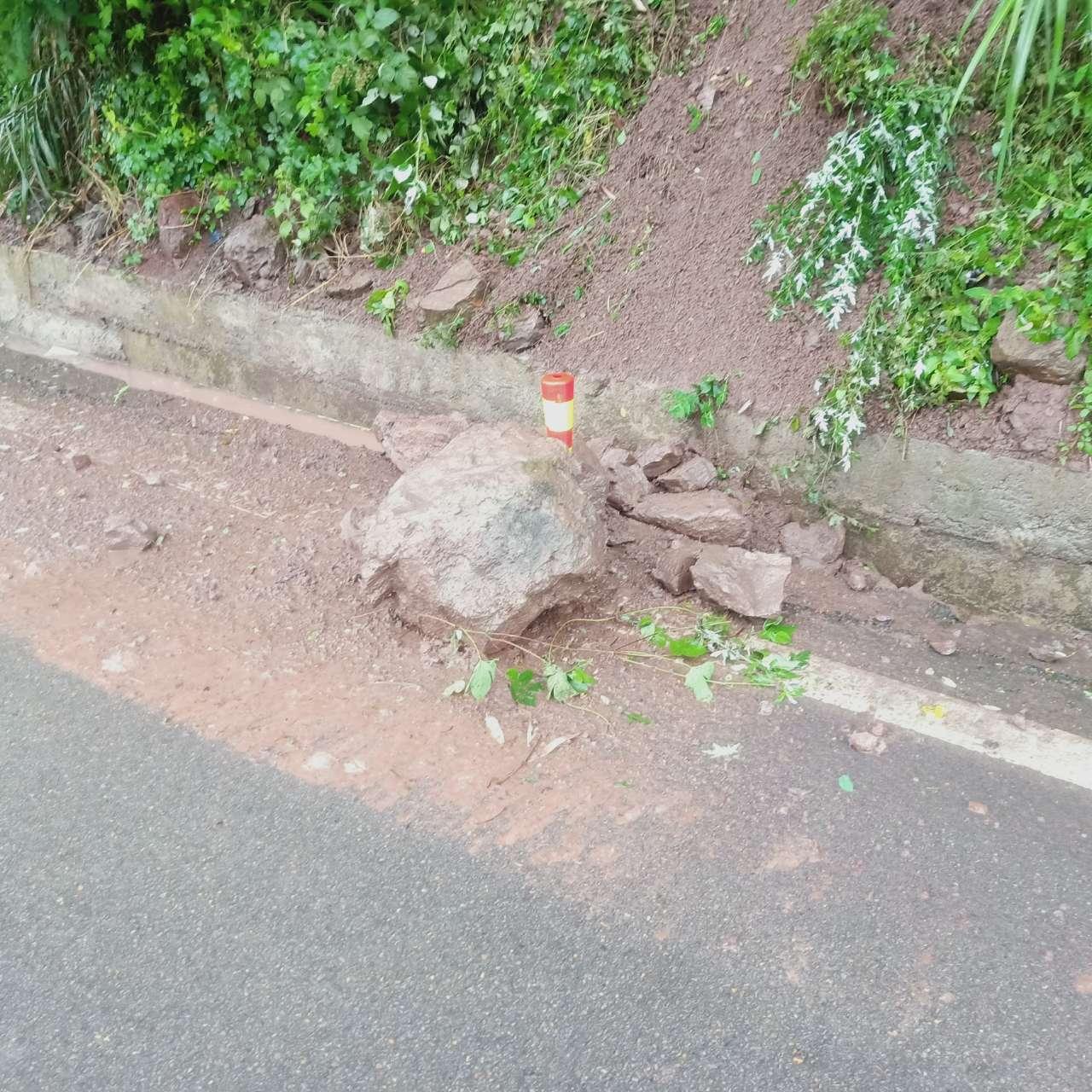 屏锦公路中间一巨石致车辆损坏较大,梁平公路局有责任吗