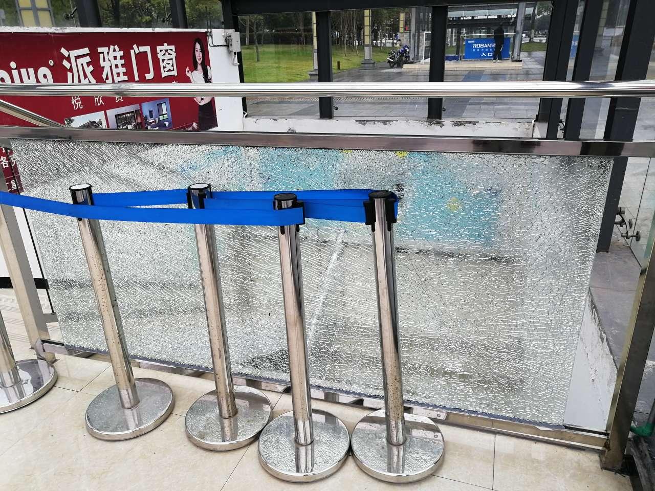 梁平政府广场中间3号出口玻璃碎了,几个月咋还没修好?