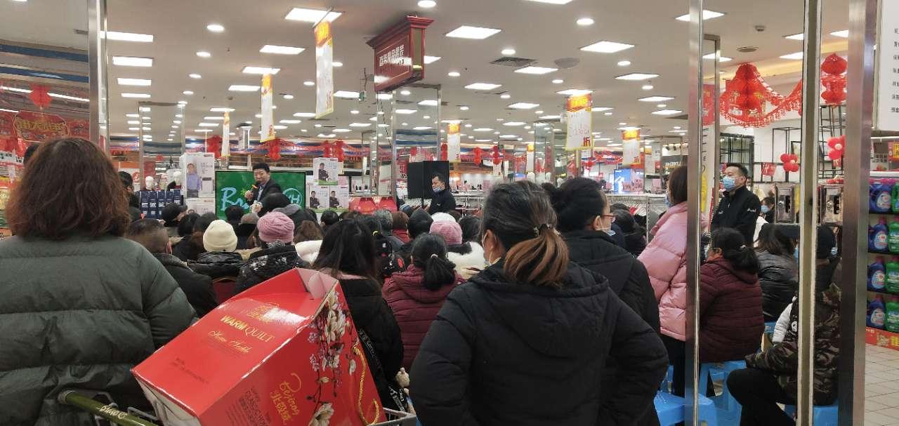 梁平超市里面也可以这样排排坐,搞宣传?