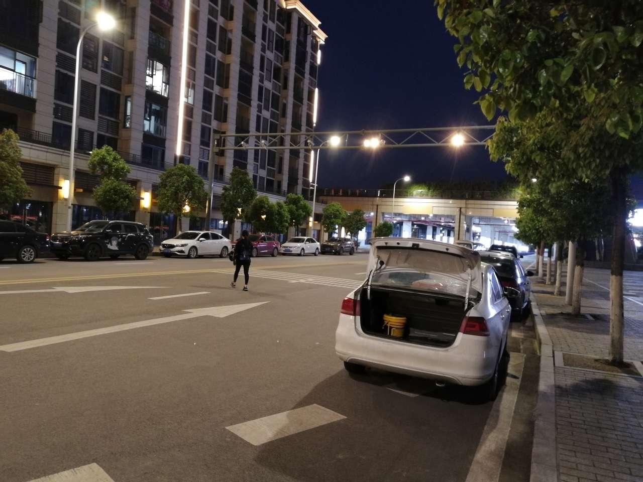 梁平南站四路那监控下面停了好多车,顶上那些摄像头监控不到吗?