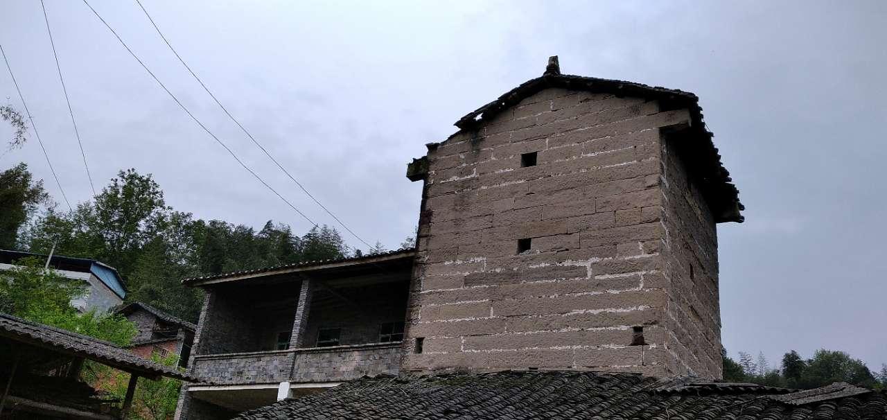 亲戚家旁边这个碉楼还保存得如此完好,谁知道当时修建它是用来干什么用的?