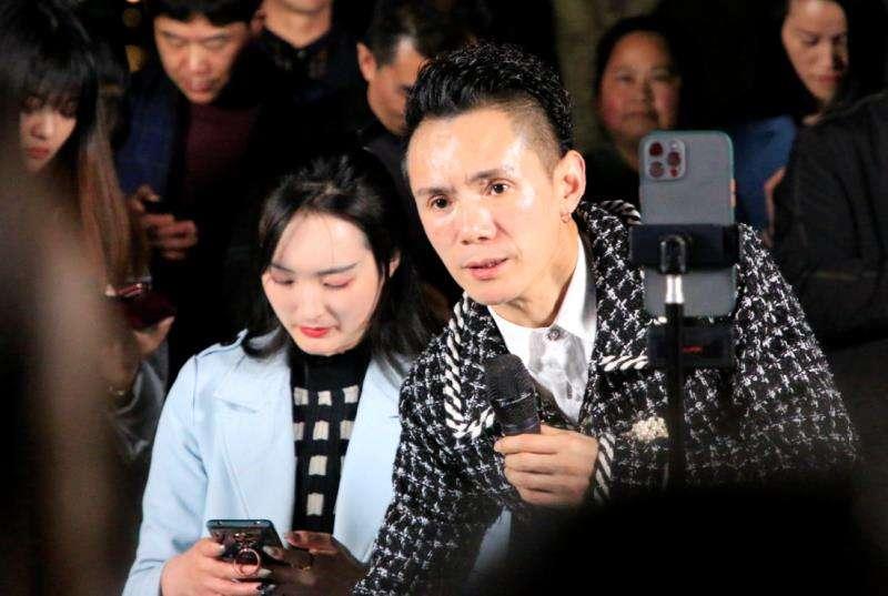 今晚双桂湖边看热闹的人真不少,原来雨禾在搞现场表演!