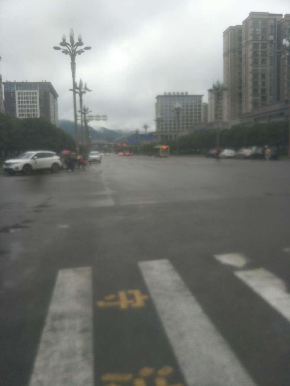 下午18点13分上海城这里,204公交在人行道不让行人直接冲过去了……