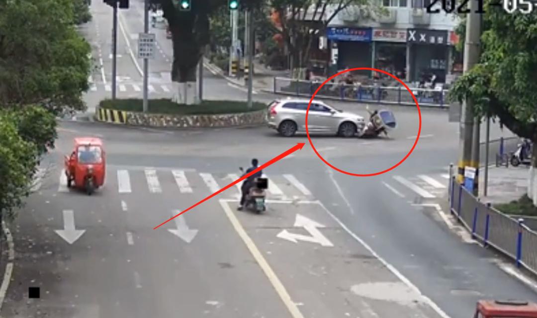 石马山转盘有人骑电动车闯红灯被撞, 小车一点责任都没得~