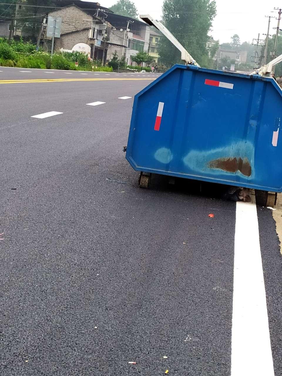 聚奎至七桥之间有几个垃圾桶仍然放在公路上,影响交通安全