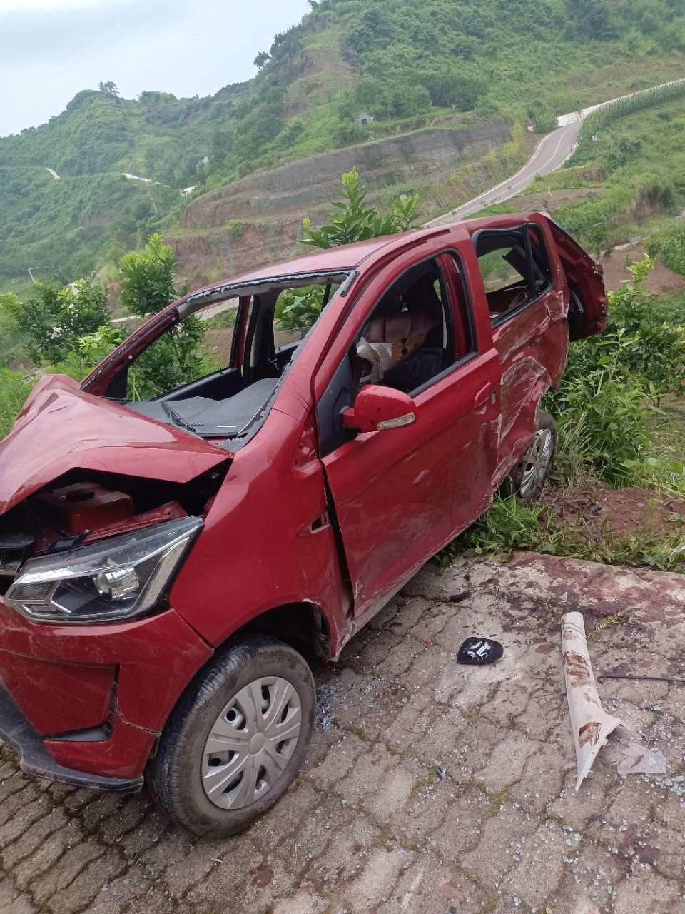 农村种地的便道上面开车,危险得很!