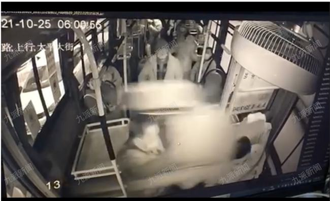 一老人嫌车速慢砸晕公交司机,警方当天对涉事老人刑事拘留后又改为行政拘留
